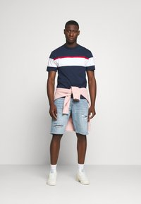 Tommy Jeans - BOLD STRIPE TAPE TEE - Triko s potiskem - twilight navy / multicolor