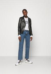 Calvin Klein Jeans - HOLOGRAM LOGO CREW NECK - Sweatshirt - bright white - 1