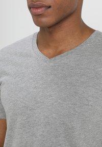 Jack & Jones - JJEPLAIN  - Basic T-shirt - light grey melange - 4