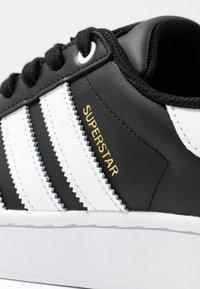 adidas Originals - SUPERSTAR BOLD - Sneakersy niskie - core balck/footwear white/gold metallic - 2