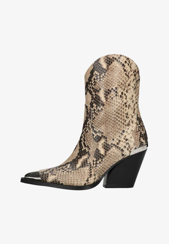 MIT METALL DETAILS UND SCHLANGEN - Classic ankle boots - beige