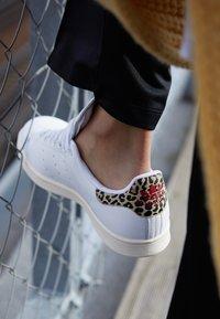 adidas Originals - STAN SMITH  - Sneaker low - footwear white/scarlet/chalk white - 4