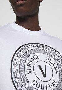 Versace Jeans Couture - MOUSE - Camiseta estampada - white - 5