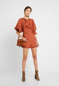 Lost Ink - PLAYSUIT WITH FRILL DETAIL - Overal - rust - 1