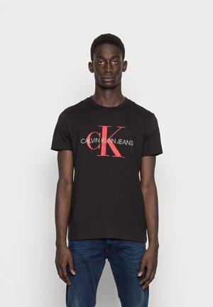 SEASONAL MONOGRAM TEE - Print T-shirt - black/salsa