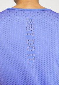 Nike Performance - INFINITE - Print T-shirt - sapphire/light thistle - 5