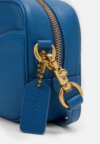 Coach - CAMERA BAG - Across body bag - bright mineral - 3
