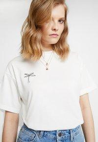 Moss Copenhagen - ELISA TOUR TEE - Print T-shirt - ice/black - 5