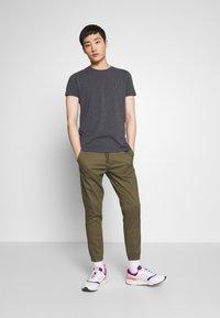 Tommy Hilfiger - STRETCH SLIM FIT TEE - T-shirt basic - grey - 1