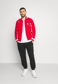 Mitchell & Ness - NBA CHICAGO BULLS AUTHENTIC WARM UP JACKET - Club wear - red - 1