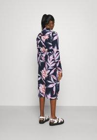 Vila - VIDANIA BELT SHIRT DRESS - Košilové šaty - navy blazer/lana - 2