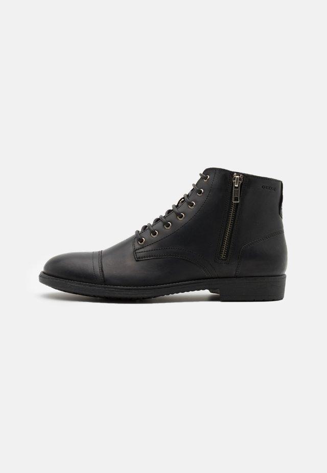JAYLON - Botines con cordones - black