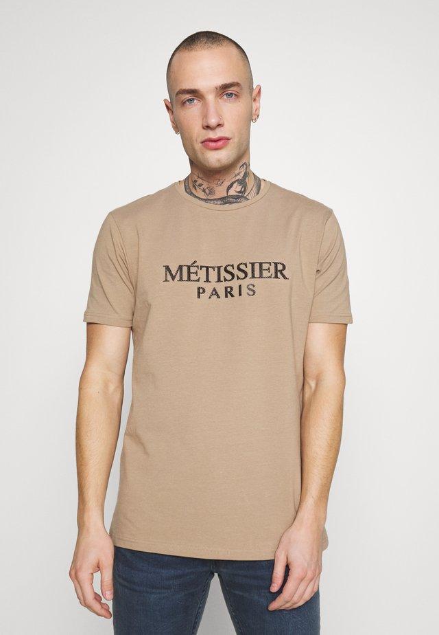METISSIER TARIS - Camiseta estampada - sand