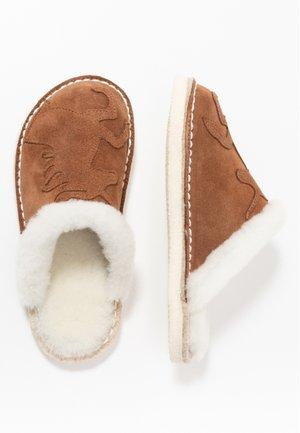 PANTOFFEL MIT EINHORN - Domácí obuv - chestnut