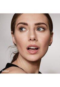 Bobbi Brown - PERFECTLY DEFINED LONG WEAR BROW PENCIL - Eyebrow pencil - 6c5d54 saddle - 1