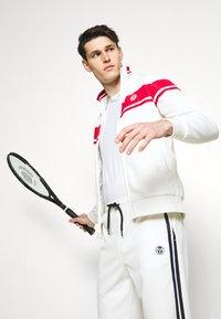 Sergio Tacchini - TRACKTOP YOUNGLINE - Sportovní bunda - blanc de blanc/tango red - 3