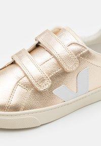 Veja - SMALL ESPLAR  - Sneakers laag - platine/white - 5