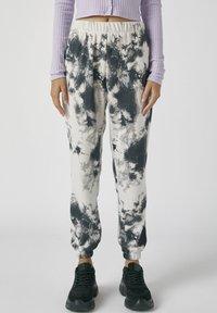 PULL&BEAR - MIT TIE-DYE IM KONTRAST - Spodnie materiałowe - light grey - 0