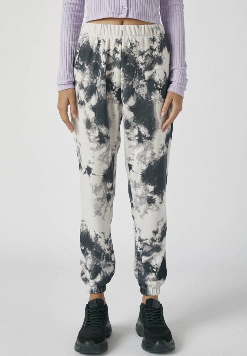 PULL&BEAR - MIT TIE-DYE IM KONTRAST - Spodnie materiałowe - light grey