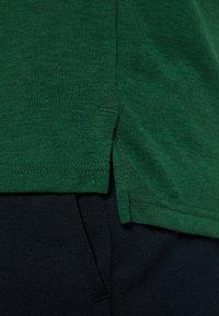 Nike Performance - DRY CAMO - T-shirt z nadrukiem - cosmic bonsai/team gold/black - 5