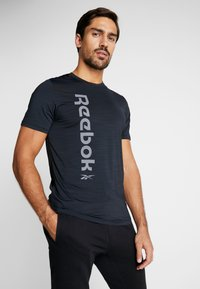 Reebok - WORKOUT SPORT SHORT SLEEVE GRAPHIC TEE - T-Shirt print - black - 0