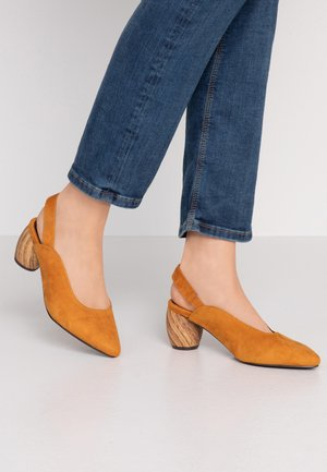 WIDE FIT FRECKLE SLINGBACK WOODEN HEEL COURT - Classic heels - ochre
