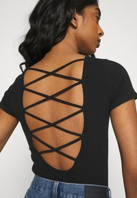 Hollister Co. - STRAPPY TIE BACK - Print T-shirt - black - 5