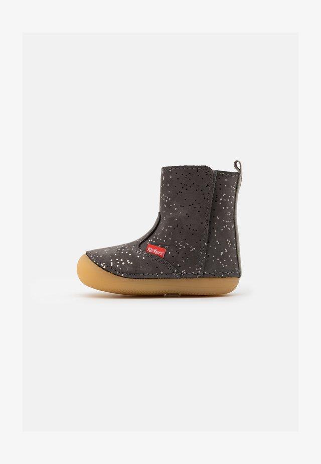 SOCOOL - Kotníkové boty - gris metallique