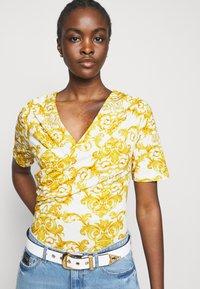 Versace Jeans Couture - LADY - Triko spotiskem - optical white - 3