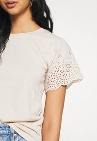 Molly Bracken - LADIES KNITTED TEE - T-shirt z nadrukiem - beige - 4