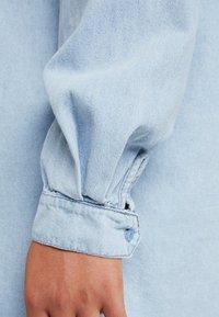 Missguided Plus - OVERSIZED DRESS - Robe en jean - blue - 5