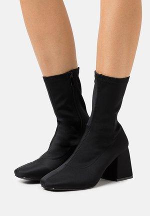 WIDE FIT ASHLEY - Kotníkové boty - black