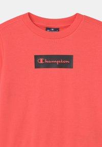 Champion - AMERICAN PASTELS CREWNECK UNISEX - Sweatshirt - coral - 2