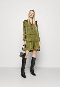comma - KURZ - Denní šaty - deep green - 1