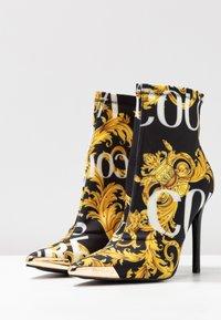 Versace Jeans Couture - Højhælede støvletter - multicolor - 4