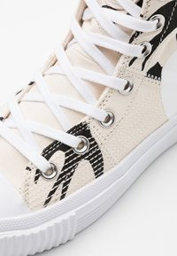 McQ Alexander McQueen - SWALLOW HI CUT UP - Sneakersy wysokie - oyster/black - 3
