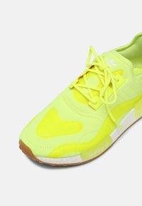 adidas Originals - NMD_R1 UNISEX - Tenisky - yellow - 6