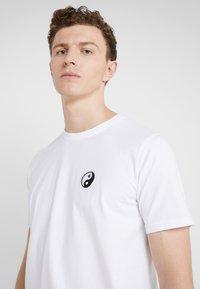 Bricktown - SMALL YIN YANG - T-Shirt basic - white - 4