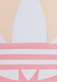 adidas Originals - BIG TREFOIL TEE  - Triko spotiskem - pink/white - 3
