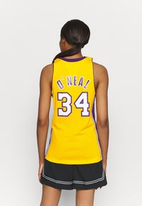 Mitchell & Ness - NBA LOS ANGELES LAKERS WOMENS SWINGMAN SHAQUILLE ONEAL  - Club wear - yellow - 2