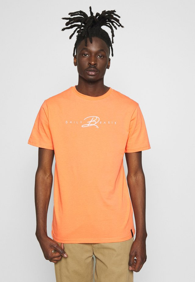 DAILY BASIS SIGNATURE - T-shirts med print - coral