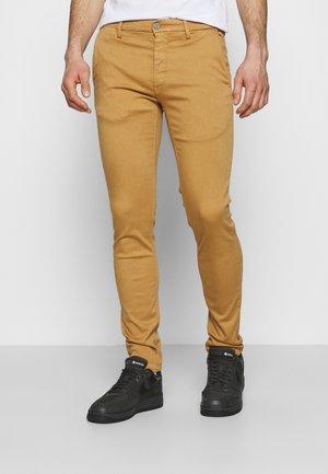 ZEUMAR HYPERFLEX  - Slim fit jeans - havana