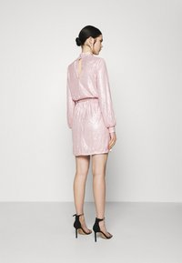 Nly by Nelly - HIGH NECK SEQUIN DRESS - Cocktailkjole - light pink - 2