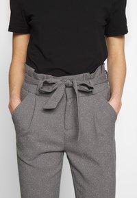 Vero Moda - VMEVA LOOSE PAPERBAG  - Pantalon classique - mottled grey - 5