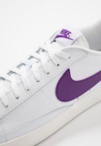 Nike Sportswear - BLAZER - Matalavartiset tennarit - white/voltage purple - 5