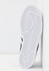 adidas Originals - SUPERSTAR  - Sneakers laag - core black/footwear white - 6
