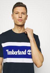 Timberland - CUT SEW COLORBLOCK TEE - T-shirt z nadrukiem - dark sapphire - 3