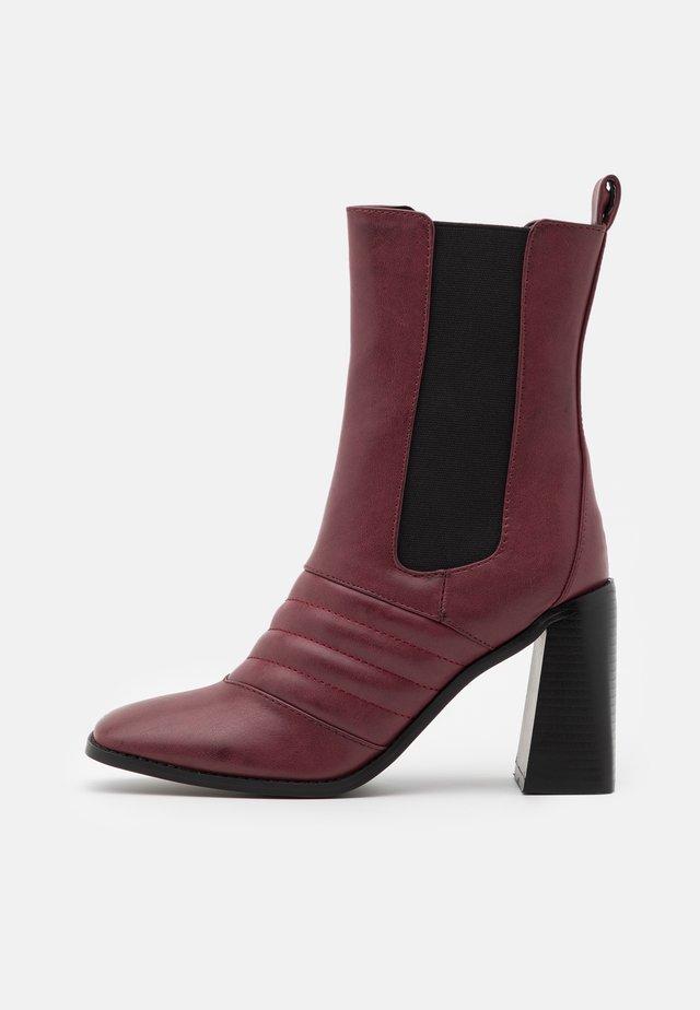 TABBIE - Kotníková obuv na vysokém podpatku - plum