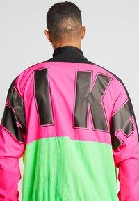 Nike Sportswear - Träningsjacka - black/hyper pink/scream green - 5