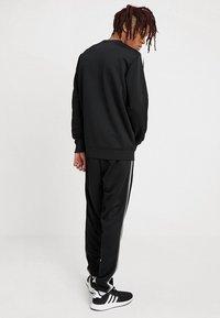 Urban Classics - SLEEVE TAPED CREWNECK - Sweatshirt - black/grey - 2